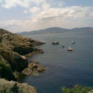 Скалистият бряг на острова
