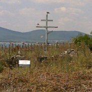 Православният кръст се извисява над святото място