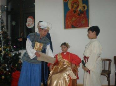 Първосвещеникът разгръща свитъка с библейските пророчества