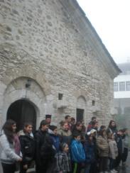 Поклонническата група в двора на манастира