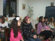 Децата от неделното училище са запленени от мелодията на класическите инструменти.