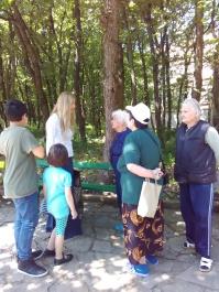 Възрастните хора желаят да дойдат в храма