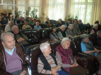 Възрастните хора от старческия дом чакат началото