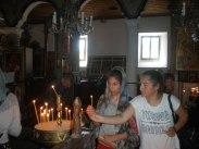 Малките поклонници палят свещи