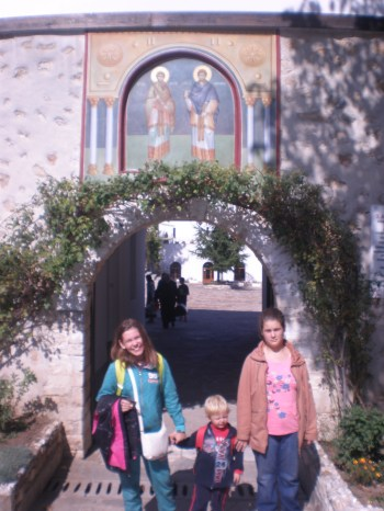 Под свода на манастирските двери