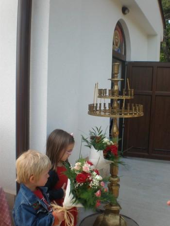 Най-малките християнчета пристъпват в параклиса с благоуханни цветя