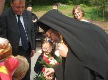Децата приветстват владиката
