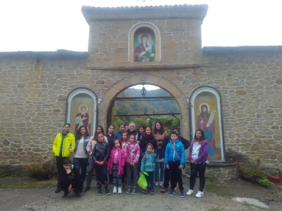 Пред дверите на Килифаревския манстир