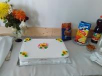 Прекрасна голяма торта със цветна украса