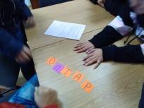 Децата бързо разгадават думите от кръстословицата