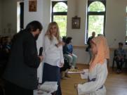 В края на тържеството отецът при храма раздава годишните грамоти и подаръци.
