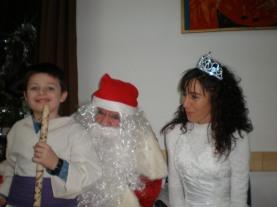 Децата са щастливи от представянето си и от подаръците