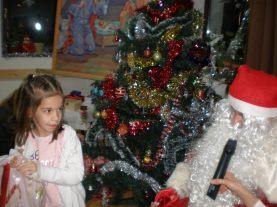 Децата отговарят на въпросите на дядо Коледа