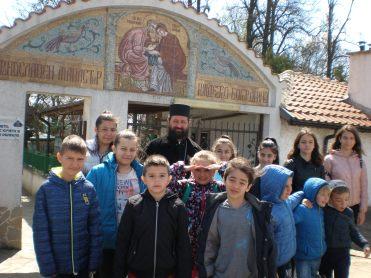 Пред манастирските врати